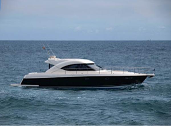 Riviera 4700 Sport Yacht Exterior
