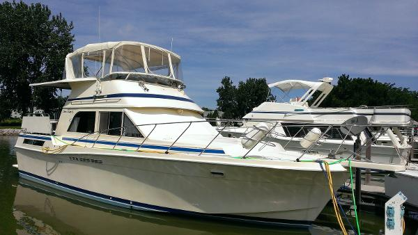 Chris-Craft 426 Catalina Starboard Bow