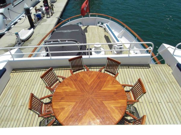 EXTERIOR DINING AND AFT DECK