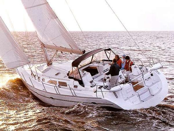 Catalina 470 Menage sistership under sail
