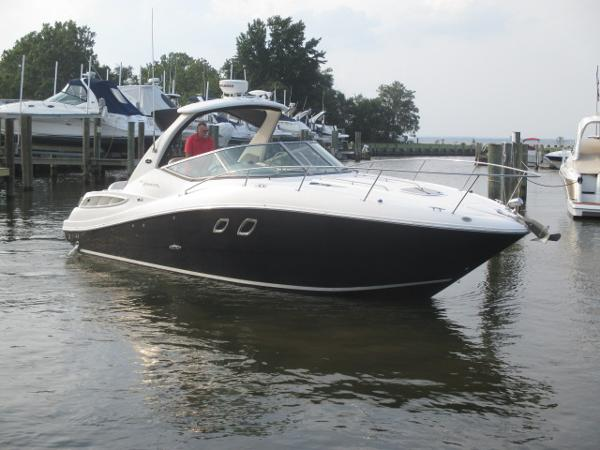 Sea Ray 310 Sundancer Starboard Bow