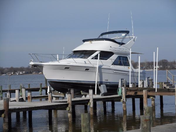 Bayliner 3788 Command Bridge Motoryacht Lift Kept