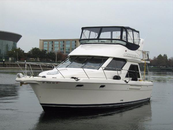 Bayliner 3788 Port side