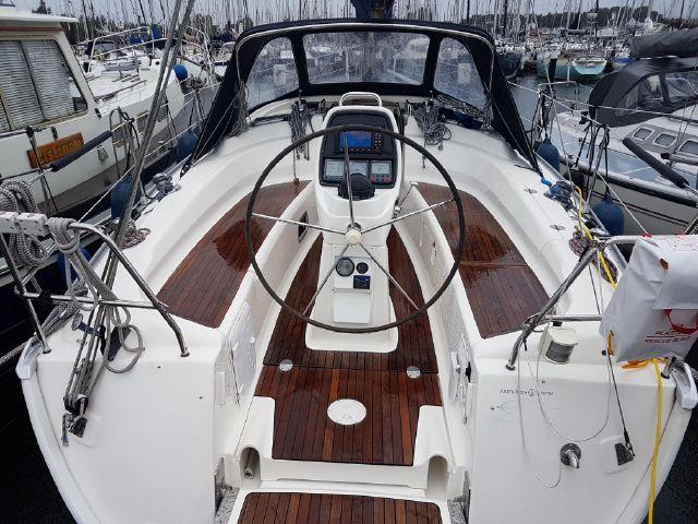 Bavaria 34 cockpit
