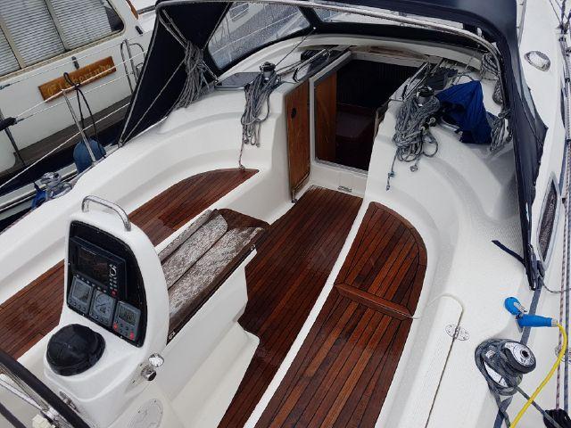 Bavaria 34 cockpit overview