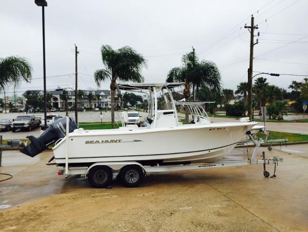 Sea Hunt Triton 225/CC