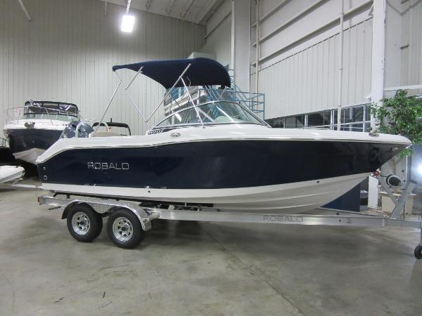 Robalo R207 Dual Console IN OUR SHOWROOM