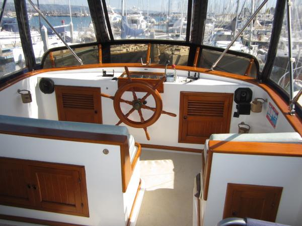 Flybridge helm/seating