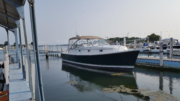 Mainship 34 Pilot Starboard Bow
