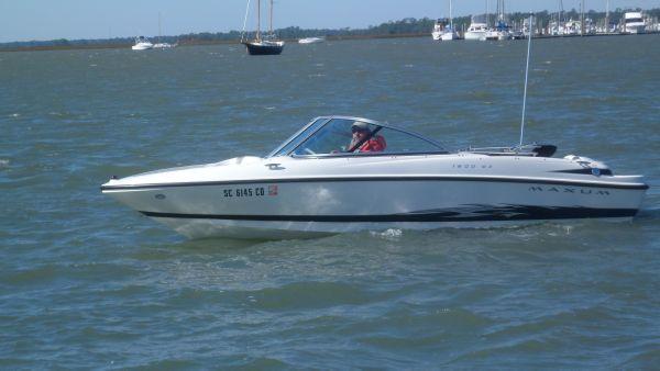 Maxum 1800 MX PORT IN WATER