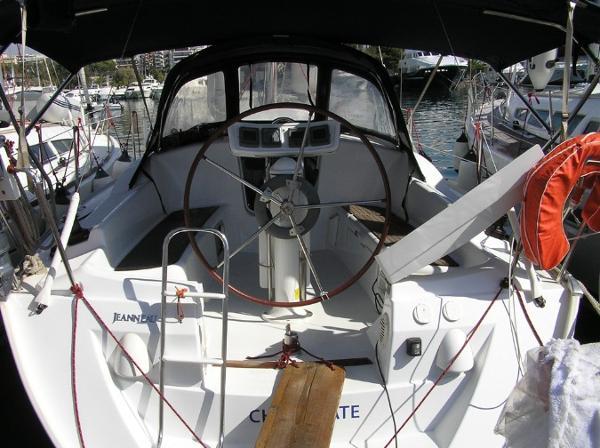 Jeanneau Sun Odyssey 32 Jeanneau Sun Odyssey 32 - Cockpit
