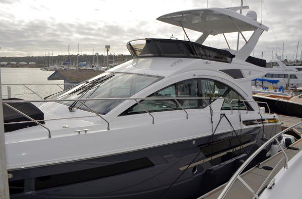 Cruisers Yachts 54 Fly