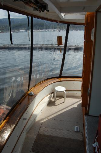 Aft deck with enclosure