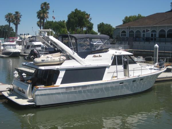Bayliner 45 Motoryacht  4588 She's a good looking Yacht! Great Lines!!!