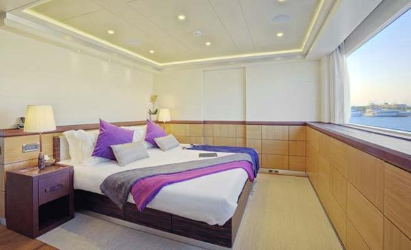 Curvelle Quaranta Aft Starboard Cabin