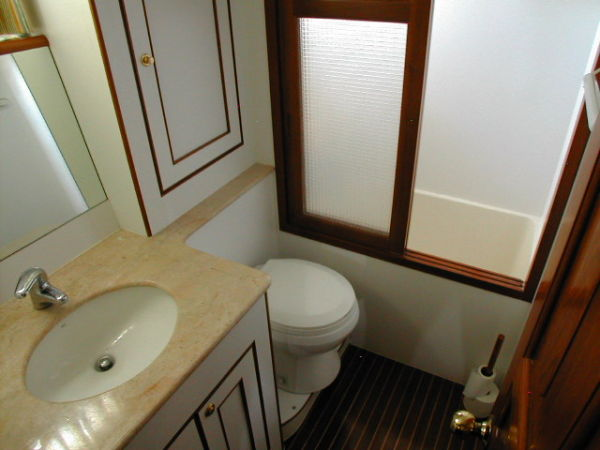 Aft cabin ensuite (with bath)