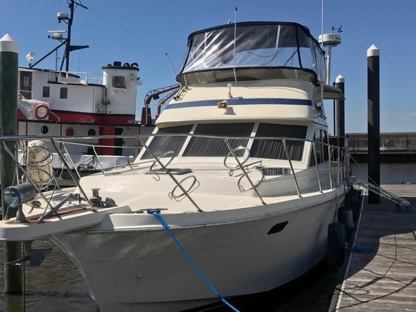 Chris-Craft 426 Catalina 42' Catalina port forward profile