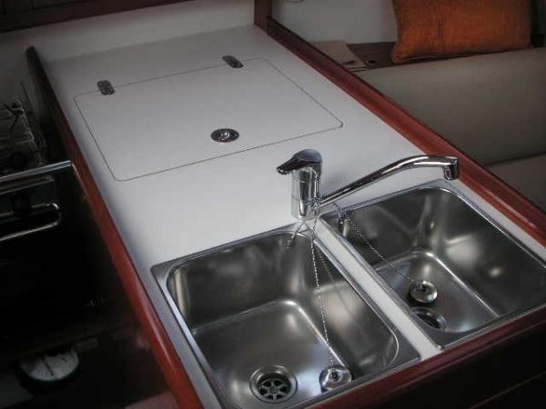 Beneteau Oceanis 31 - Stainless steel double sink with mixer tap