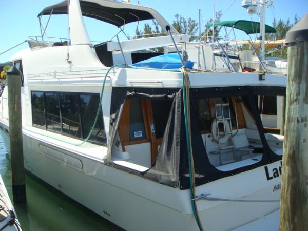 Bayliner 4788 Motoryacht 47' Bayliner port aft profile