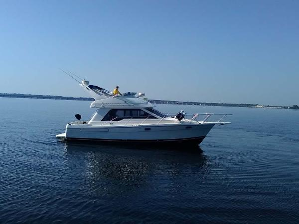 Bayliner 3388 Command Bridge Motor Yacht Starboard Side