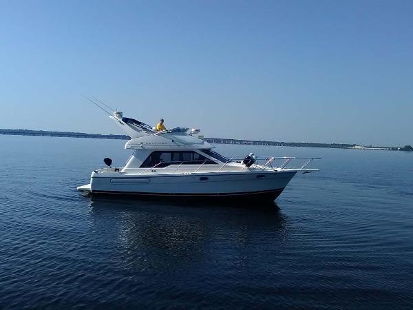 Bayliner 3388 Command Bridge Motor Yacht Starboard Side