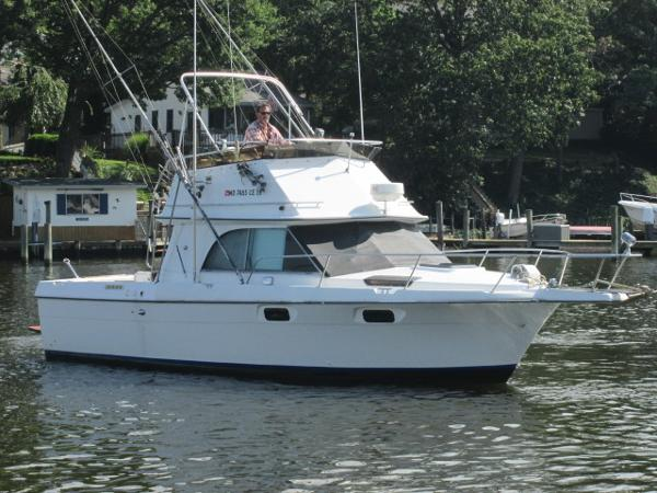Cruisers Yachts 298 Villa Vee Diesel Starboard Bow
