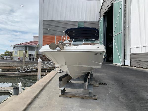 Sea Ray 300 Sundeck Bow 2