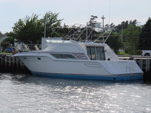 Cruisers Yachts 4280 Express Bridge