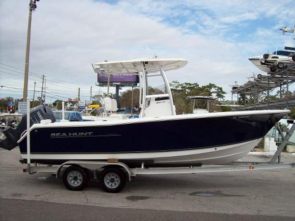 Sea Hunt TRITON 225 CENTER CONSOLE