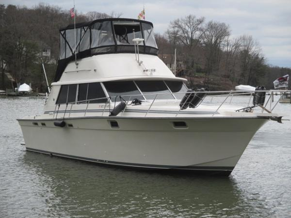 Silverton 37 Convertible Starboard Bow