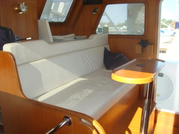 40' Nordhavn pilothouse seating