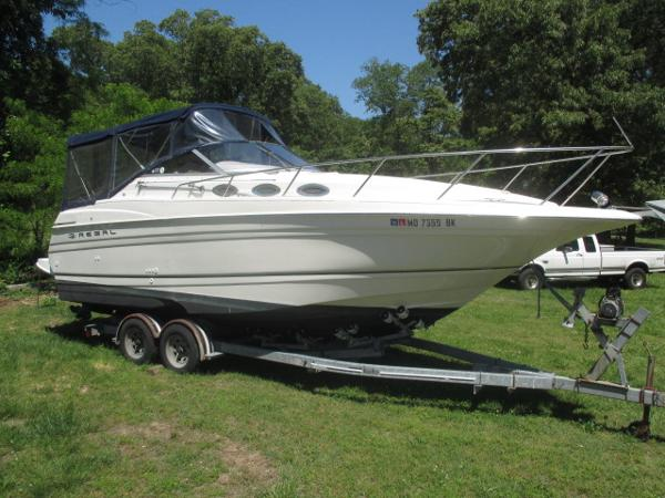 Regal 2660 Commodore Starboard Bow