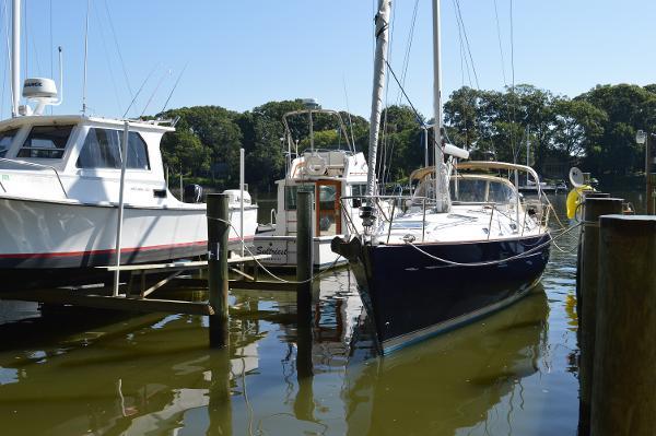 V 411 Beneteau 411 - At the Dock