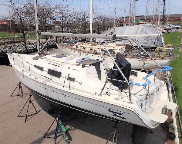 Hunter 33 2006 Hunter 33 port quarter and deck