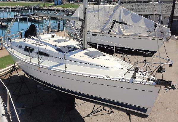 Hunter 33 2006 Hunter 33 starboard bow and deck on the hard