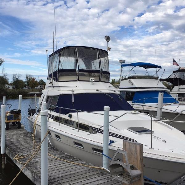 Bayliner 3460 Trophy Starboard Bow Docked
