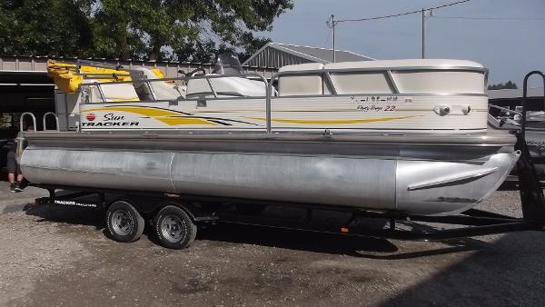 Tracker Party Barge 22 Regency
