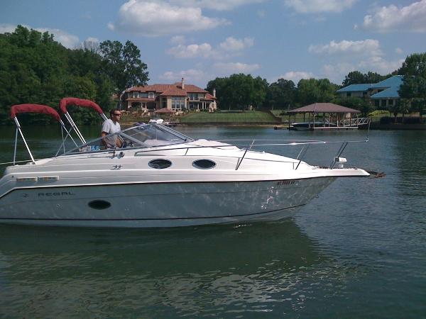 Regal 258 Commodore In water view