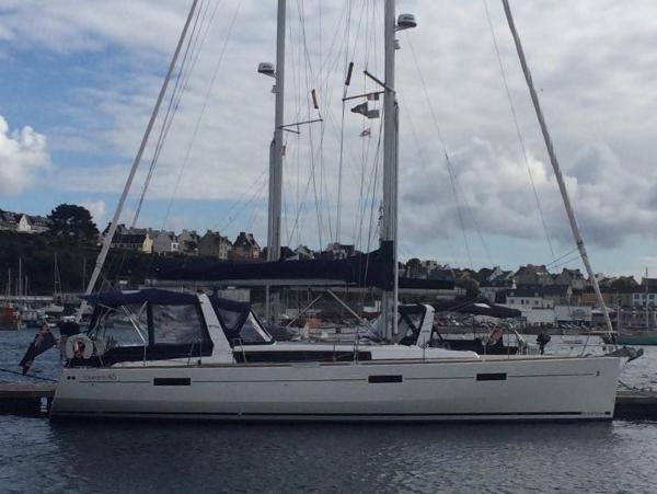Beneteau Oceanis 45 Starboard side at pontoon