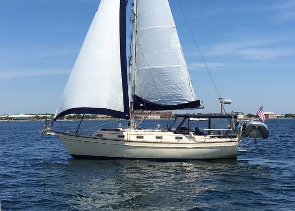 Island Packet 37 CREDO undere sail