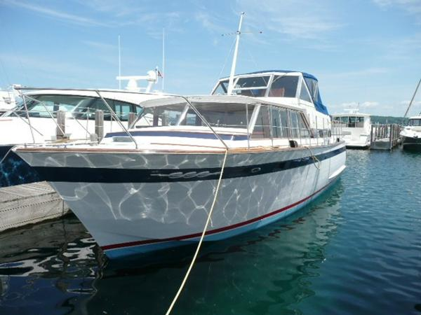 Chris-Craft Constellation Port bow