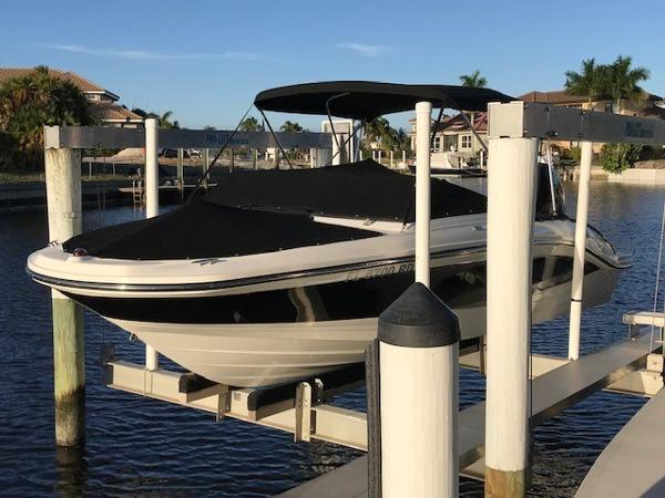 Sea Ray 21 SPX Outboard Profile on lift