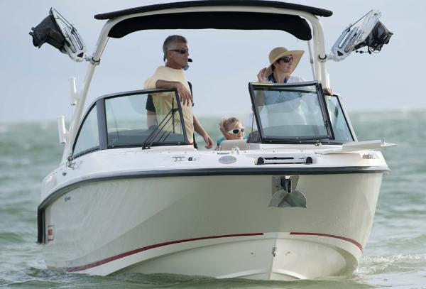 230 Vantage fun family boat