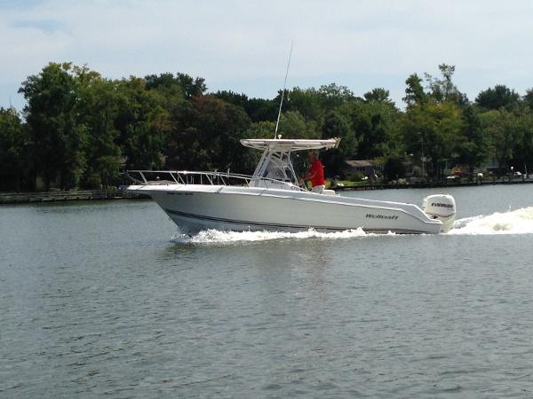 Wellcraft 230 Fisherman O/B port side