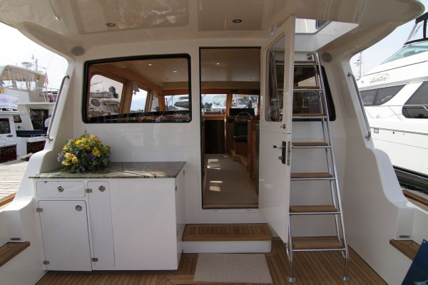 Large Cockpit with Aft Pilothouse Window Down