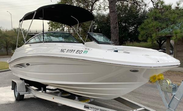 Sea Ray 220 Sundeck Outboard