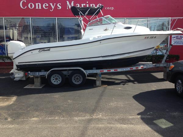 Seaswirl Striper 2301 Walkaround OB Starboard side view