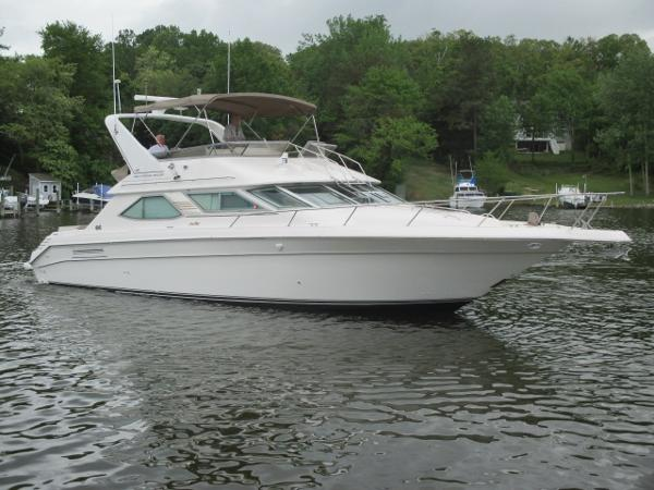 Sea Ray 440 Express Bridge Starboard Bow