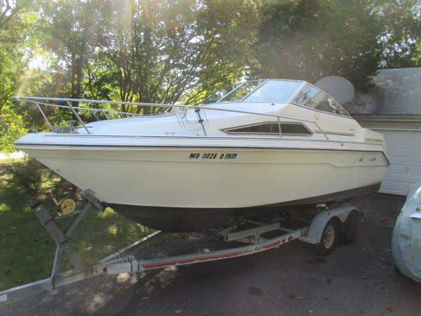 Sea Ray 220 Sundancer Port Bow