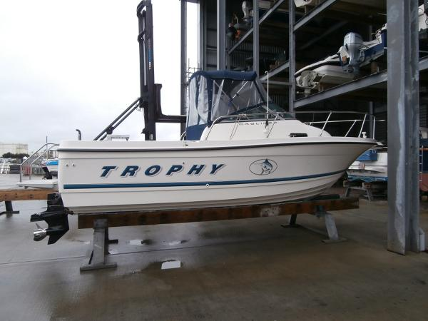 Bayliner Trophy 2052 FD Starboard side